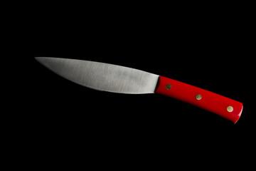 Dettaglio coltello su sfondo nero con manico rosso