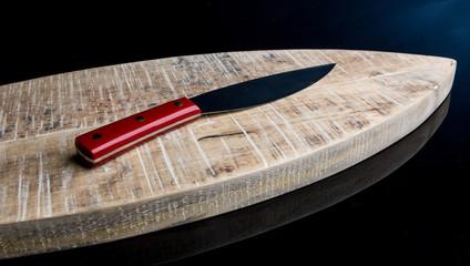 Coltello con manico rosso su legno