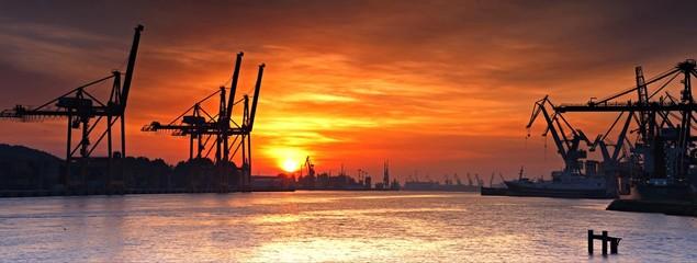 Port Gdynia o poranku.