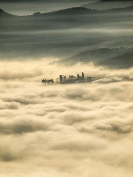 Toscana, la valle del Caentino con nebbia.