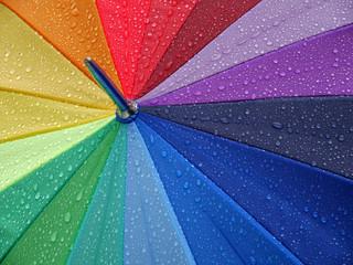 Bunter Regenschirm mit Regentropfen