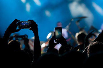 Concert crowd takes on a mobile phone