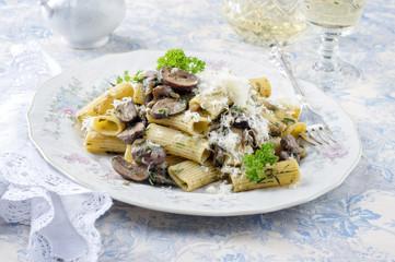 Penne Rigate mit Pilzen auf Teller