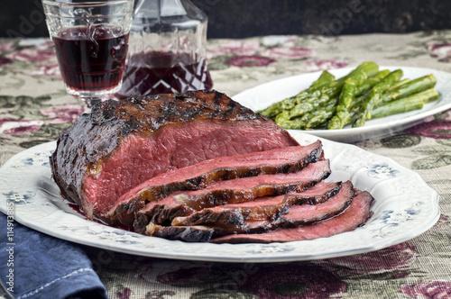 roast beef mit gr nen spargel auf teller stockfotos und. Black Bedroom Furniture Sets. Home Design Ideas