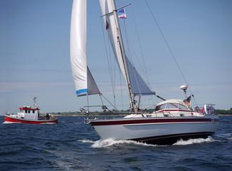 Segelboot und Fischkutter auf der Ostsee