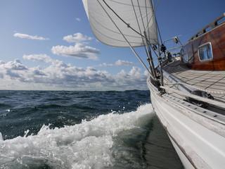 Segelyacht am Wind auf der Ostsee