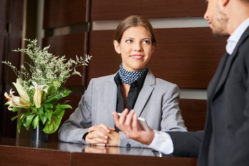 Freundliche Empfangsdame und Geschäftsmann
