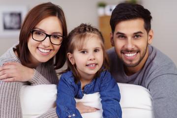 lächelnde familie zu hause