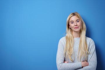 schöne frau mit blonden langen haaren