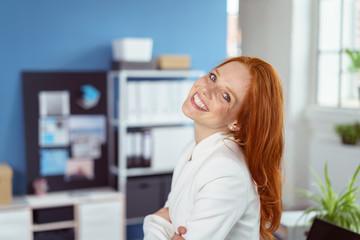 lachende frau steht im büro