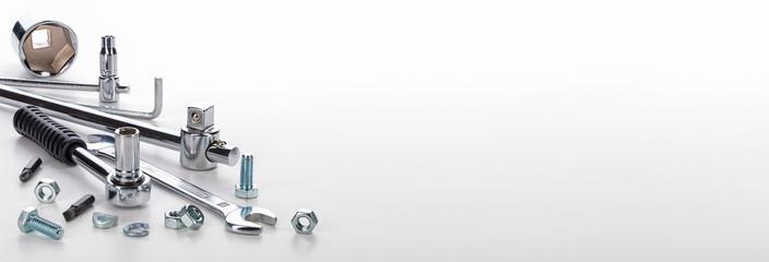 Werkzeug und Schrauben vor hellem Hintergrund, Makroaufnahme, Panorama
