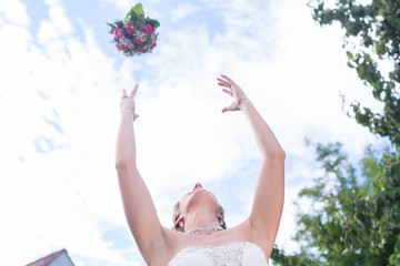 Braut wirft Brautstrauß nach Trauung bei Hochzeit Wall mural