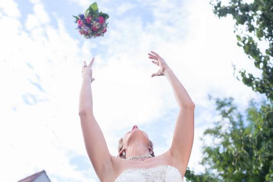 Braut wirft Brautstrauß nach Trauung bei Hochzeit