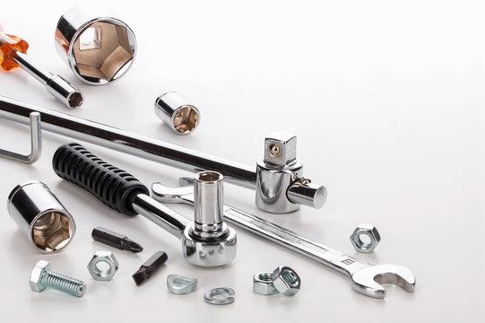 Werkzeug und Schrauben vor hellem Hintergrund, Makroaufnahme