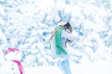 Frau im Winter Schneemann