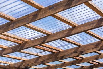 Dach eines Carport mit lichtdurchlässiger Wellplastik