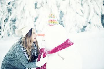Frau friert mit Schneemann