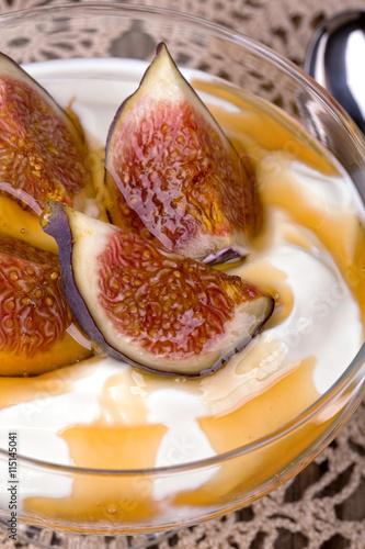 """Yogurt with figs and honey"""" Imagens e fotos de stock Royalty Free no ..."""