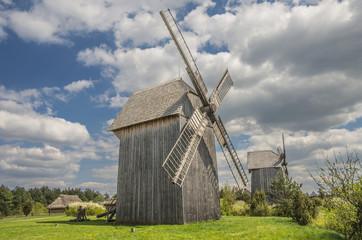 Fototapeta młyny wiatrowe przy osadzie wiejskiej  obraz