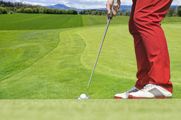 Golf player concentrates to hit the ball