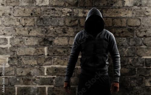 mann mit einem hoodie vor einer mauer imagens e fotos de stock royalty free no. Black Bedroom Furniture Sets. Home Design Ideas