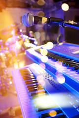 luces del escenario. Fondo musical abstracto.Tocar el piano y  concepto de concierto. Fondo de la música en directo. Concierto y festival de música. Instrumento en el escenario y  banda