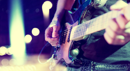 luces del escenario. Fondo musical abstracto. Tocar la guitarra y el concepto de concierto. Fondo de la música en directo. Concierto y festival de música. Instrumento en el escenario y  banda