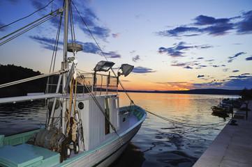 Fischkutter am Abend im Hafen