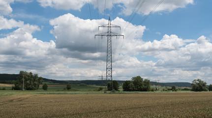 Strommasten und Hochspannungsleitungen