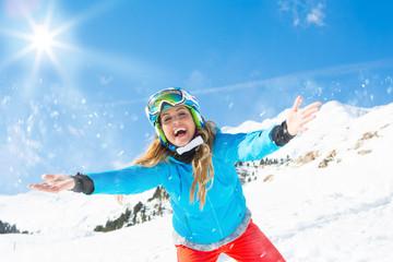 Frau hat Spaß in den Alpen