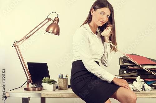 Mujer trabajadora en la oficina hablando por telefono for Telefono de la oficina