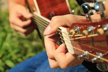 ギターを弾く3