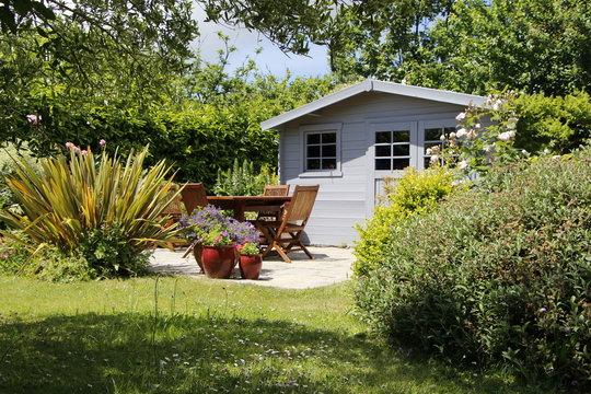 Cabanon avec terrasse et salon de jardin