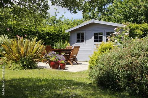 Cabanon avec terrasse et salon de jardin photo libre de droits sur la banque d 39 images fotolia - Cabanon de jardin suisse ...