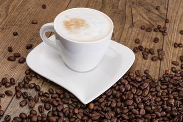 Cappuccino und Kaffeebohnen
