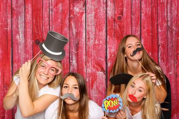 Mädchen mit verschiedenen Probs vor Photo Booth - Party mit Fotobox