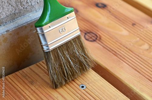 holz streichen lein l terrasse streichen arkivfoton och royaltyfria bilder p. Black Bedroom Furniture Sets. Home Design Ideas