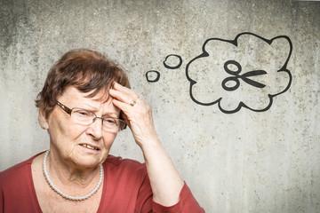 Alte Frau denkt an Schere