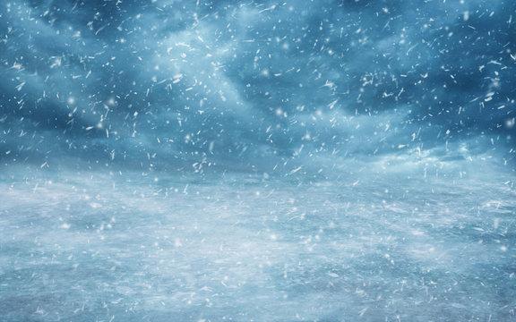 Himmel mit Schneefall und Wolken