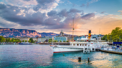 Fotomurales - Historic city center of Geneva with paddle steamer at sunset, Switzerland