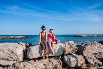 Femme et fillette sur la digue des Saintes-Maries-de-la-Mer