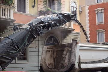 Operazione di fresatura realizzata da una macchina fresatrice e caricamento dell'asfalto asportato su un autocarro