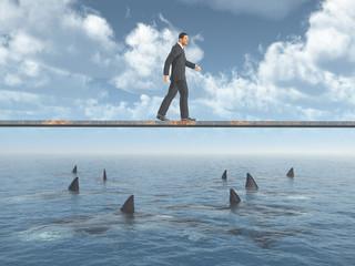Geschäftsmann balanciert auf einem Brett über dem Meer mit Haifischen