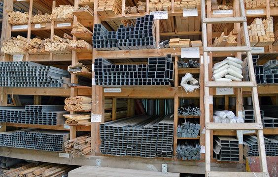 Строительный рынок. Металлические и деревянные строительные материалы на стеллажах