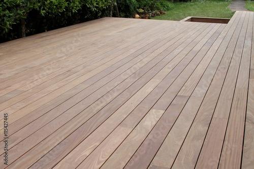 R alisation d 39 une terrasse en bois exotique photo libre for Prix d une terrasse en bois exotique
