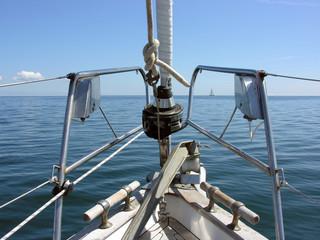 Blick über den Bug eines Segelbootes auf das Meer