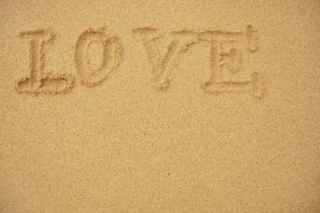 Love You und Herz in den sonnigen Strandsand geschrieben