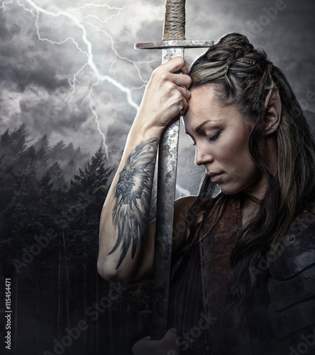 Portrait of alf woman with sword immagini e fotografie for Tattoo donne guerriere