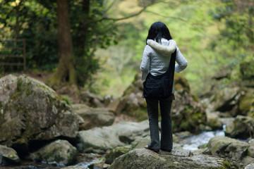 渓谷でリラックスする女性