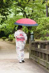 日傘をさす着物姿の女性